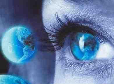 olho humano mirando um globo terrestre